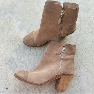 SOFTWALK taupe tan suede captoe ankle booties sz.9